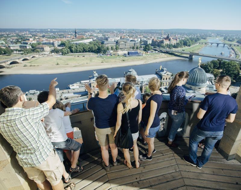 Besucher auf der Frauenkirche - Sehenswürdigkeiten in Dresden