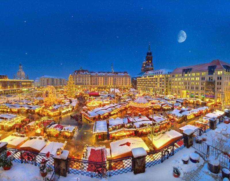 Striezelmarkt Kerstmarkt bij nacht